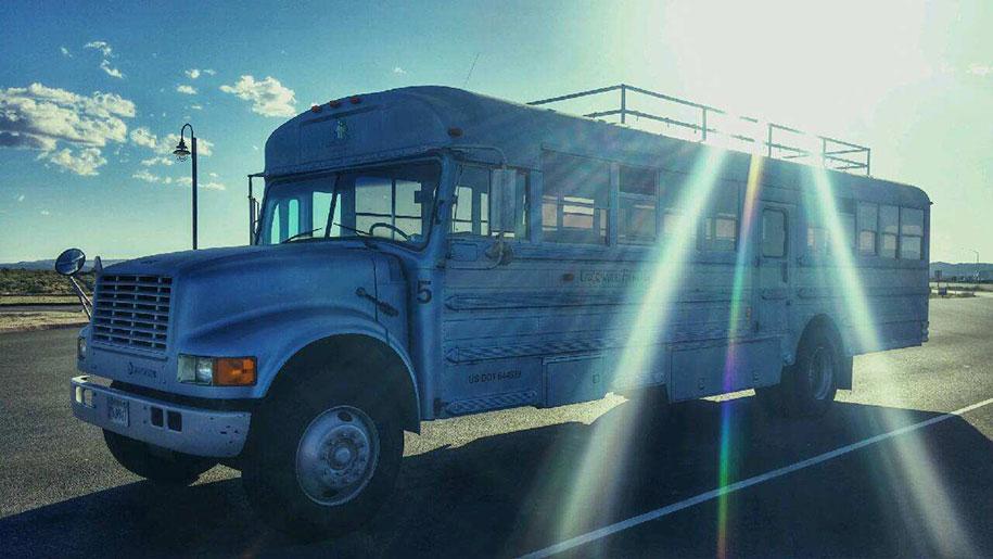 viejo autobús escolar convertido en casa