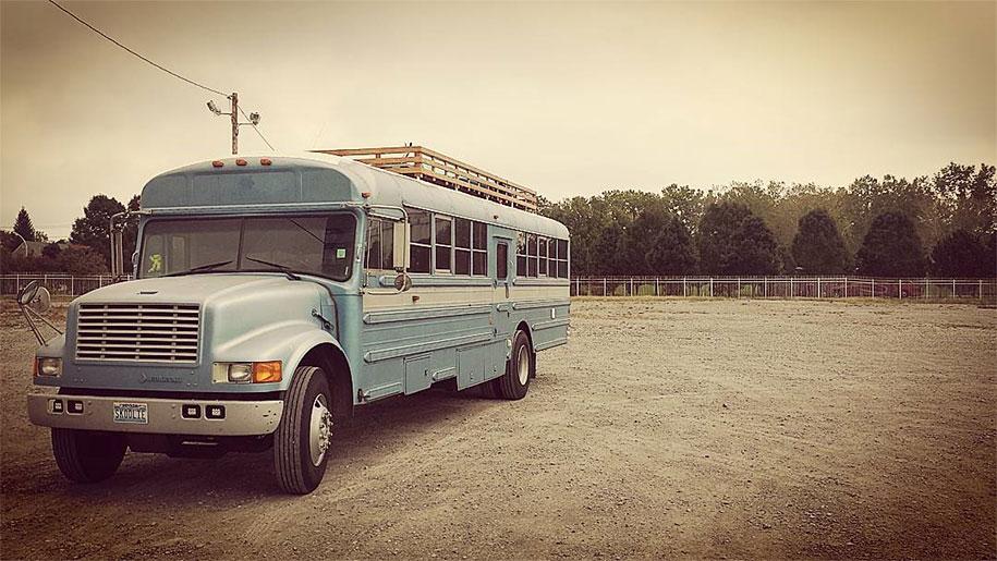 viejo autobús escolar convertido en casa - resultado por fuera