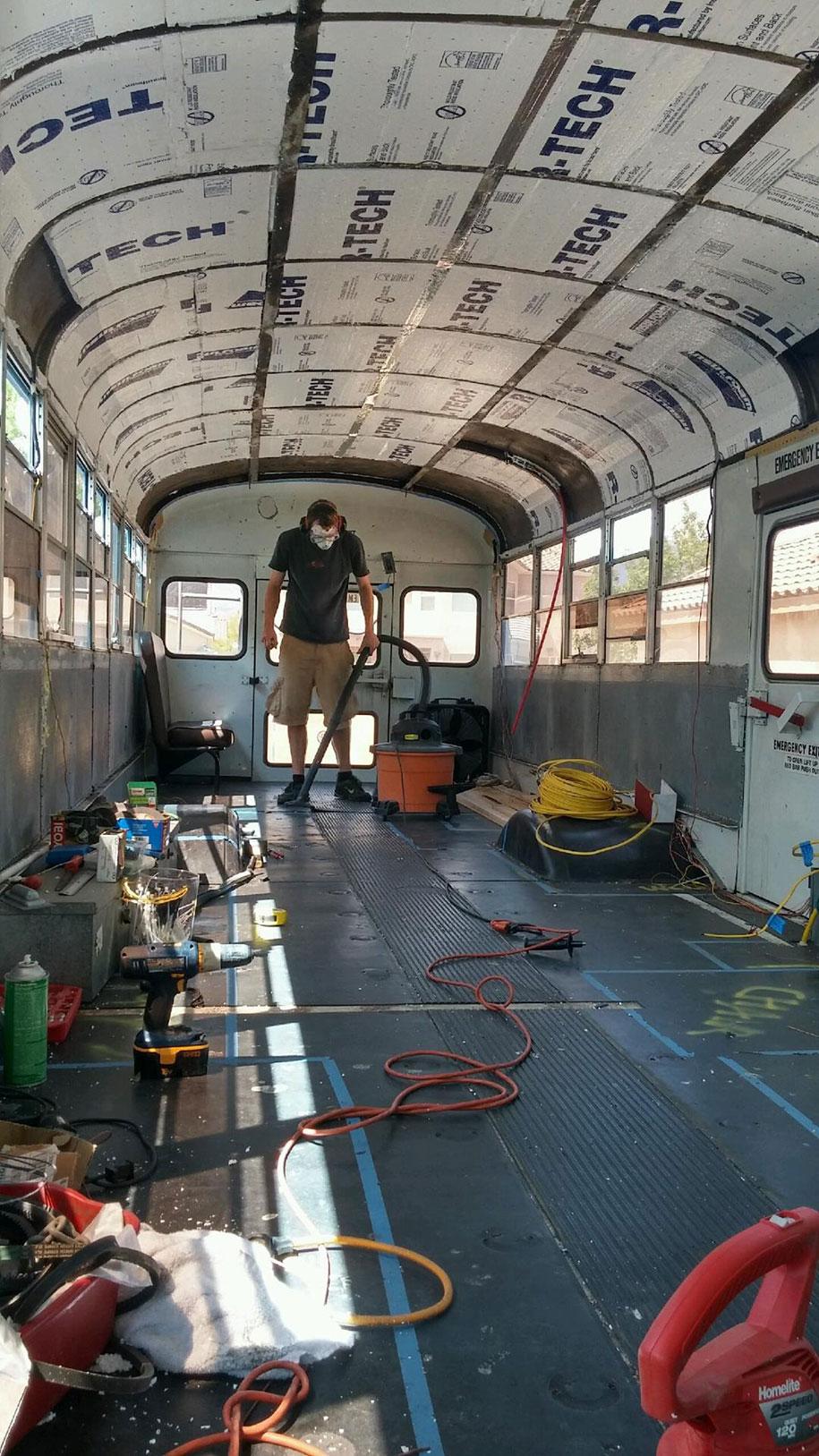 viejo autobús escolar convertido en casa - aislante para el frío