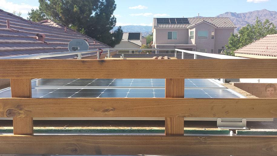 viejo autobús escolar convertido en casa - placas solares