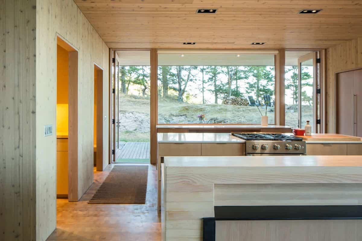 casa de campo moderna Lone Madrone con cocina de madera
