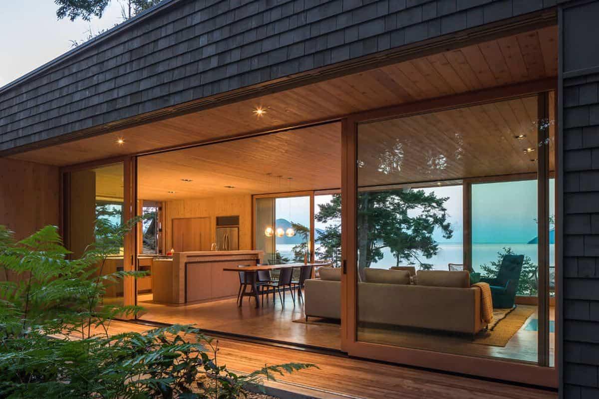 casa de campo moderna Lone Madrone que cuenta con grandes ventanales
