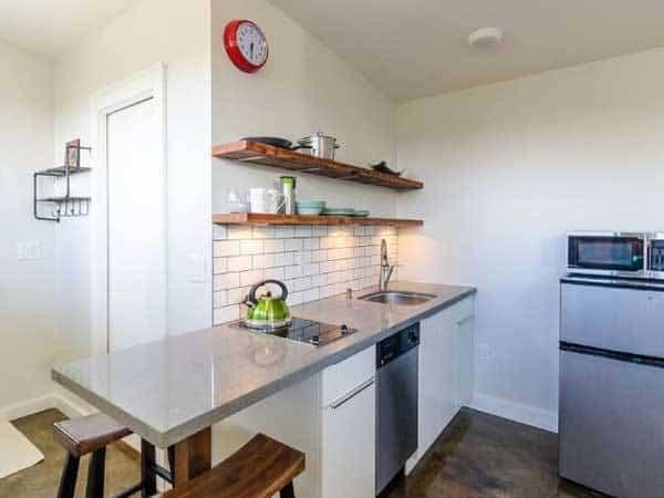 casa para invitados que cuenta con una pequeña cocina