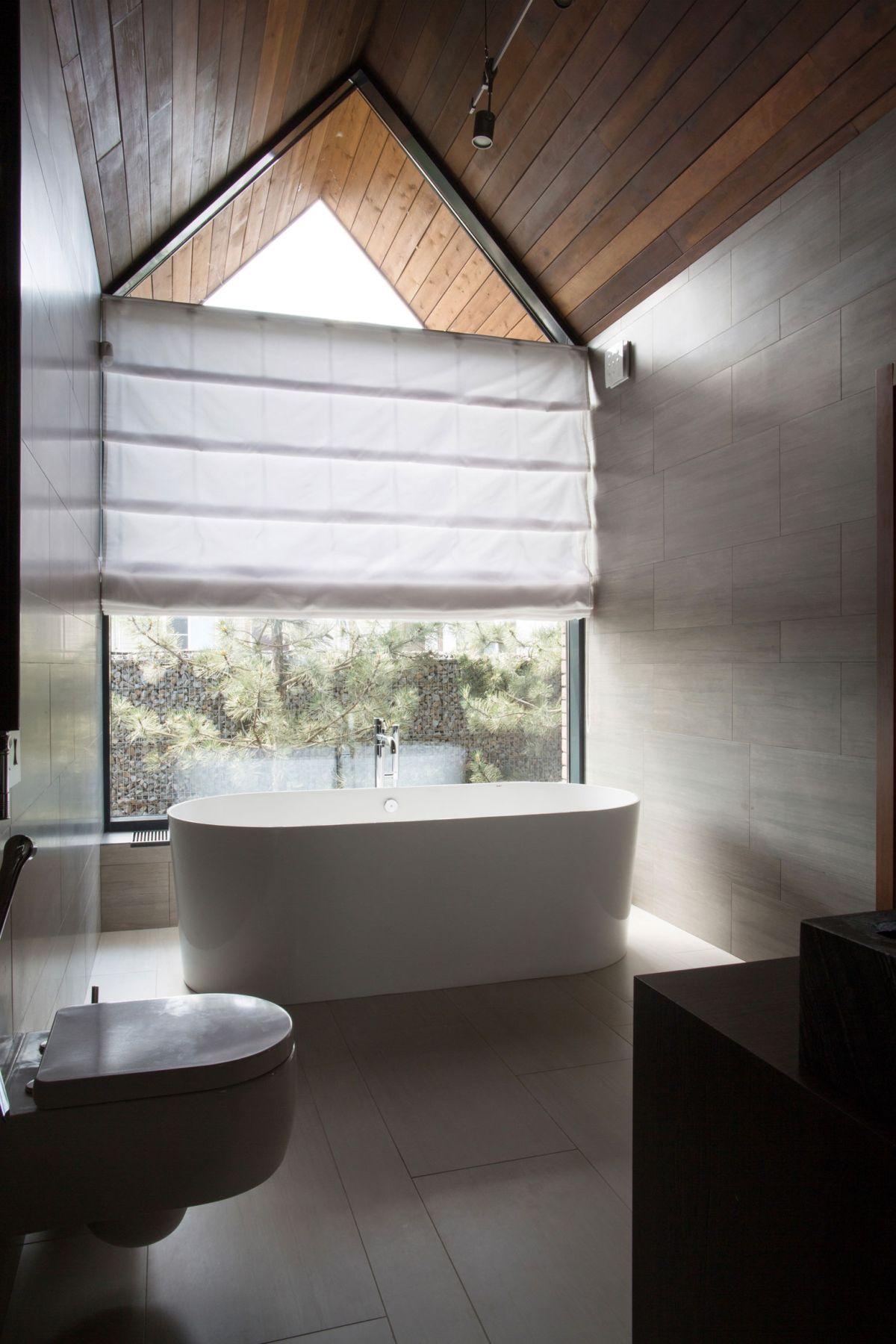 casa simétrica en rostov - baño moderno