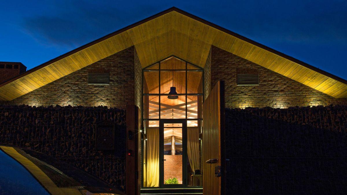 casa simétrica en rostov con influencias de la zona