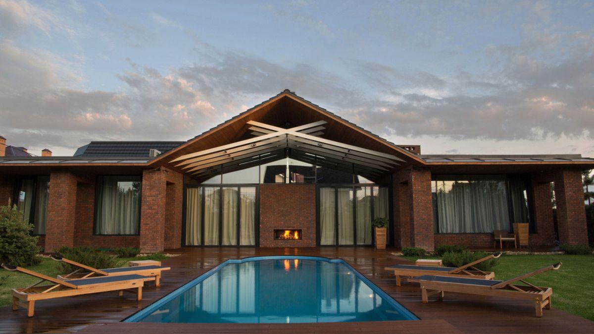 casa simétrica en rostov con piscina en el patio
