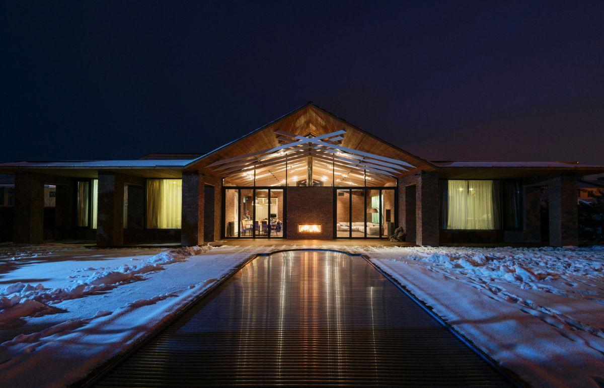 casa simétrica en rostov con chimenea doble cara