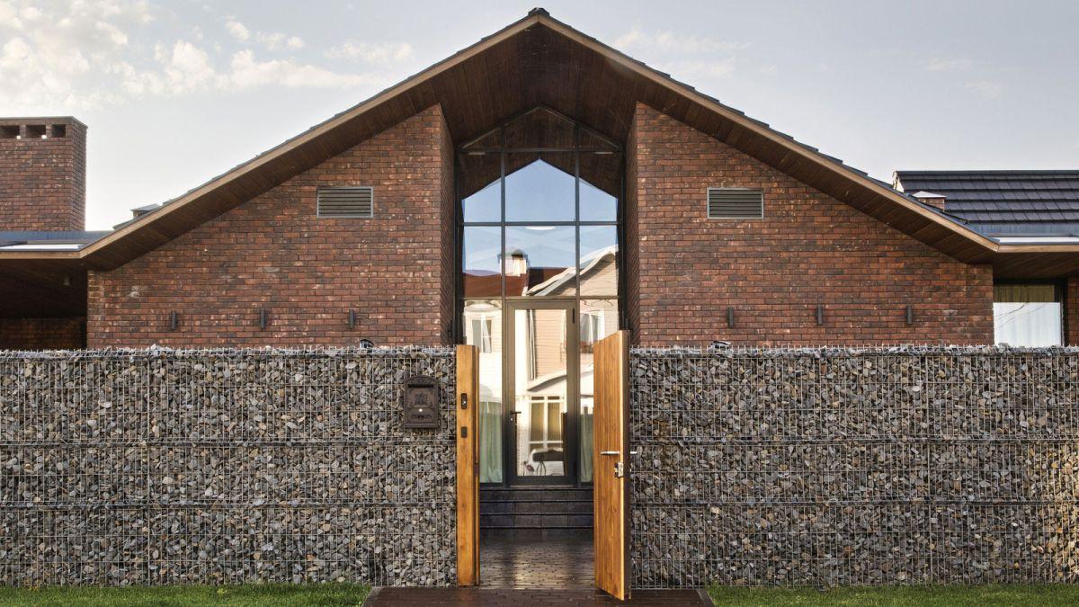 casa simétrica en rostov con muro de piedra