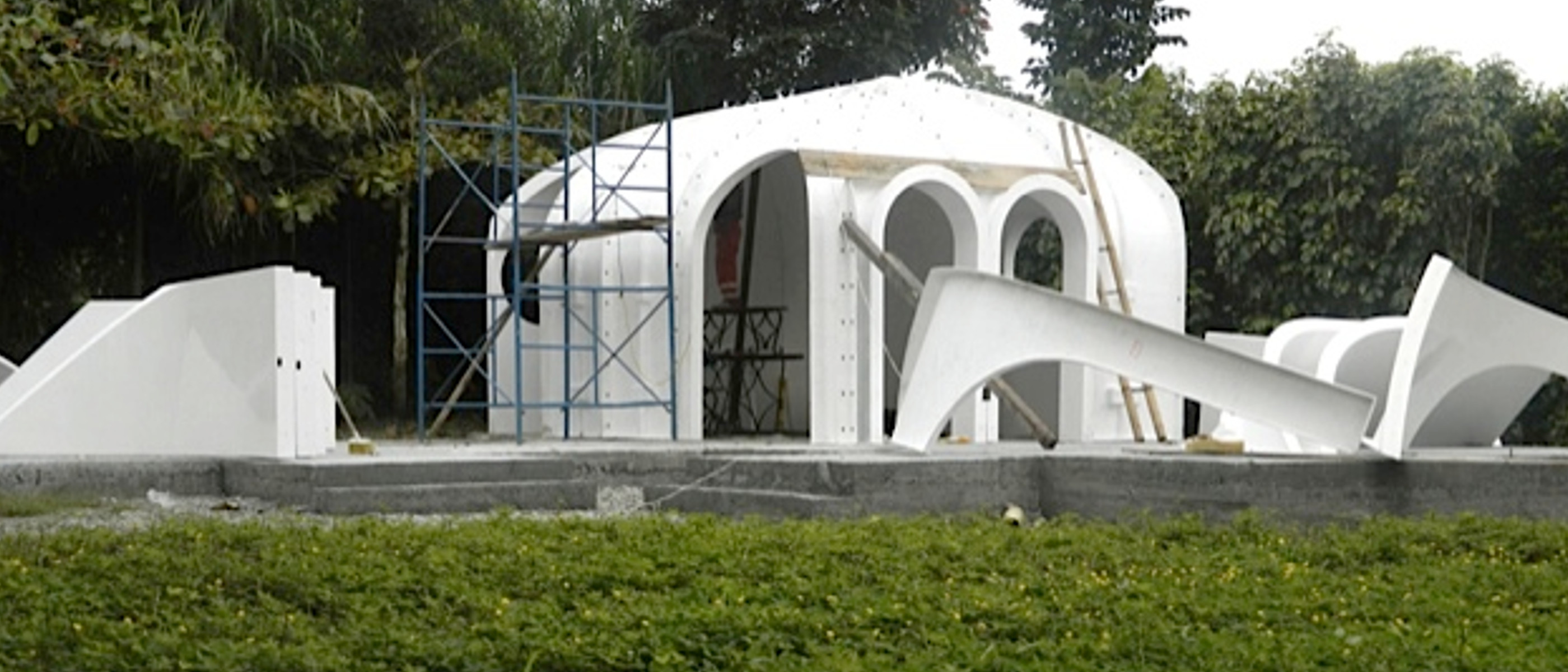 casas prefabricadas con césped dividida en módulos