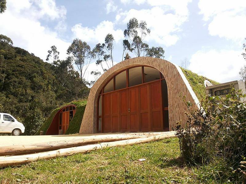 casas prefabricadas con césped que cuentan con un arco en la entrada