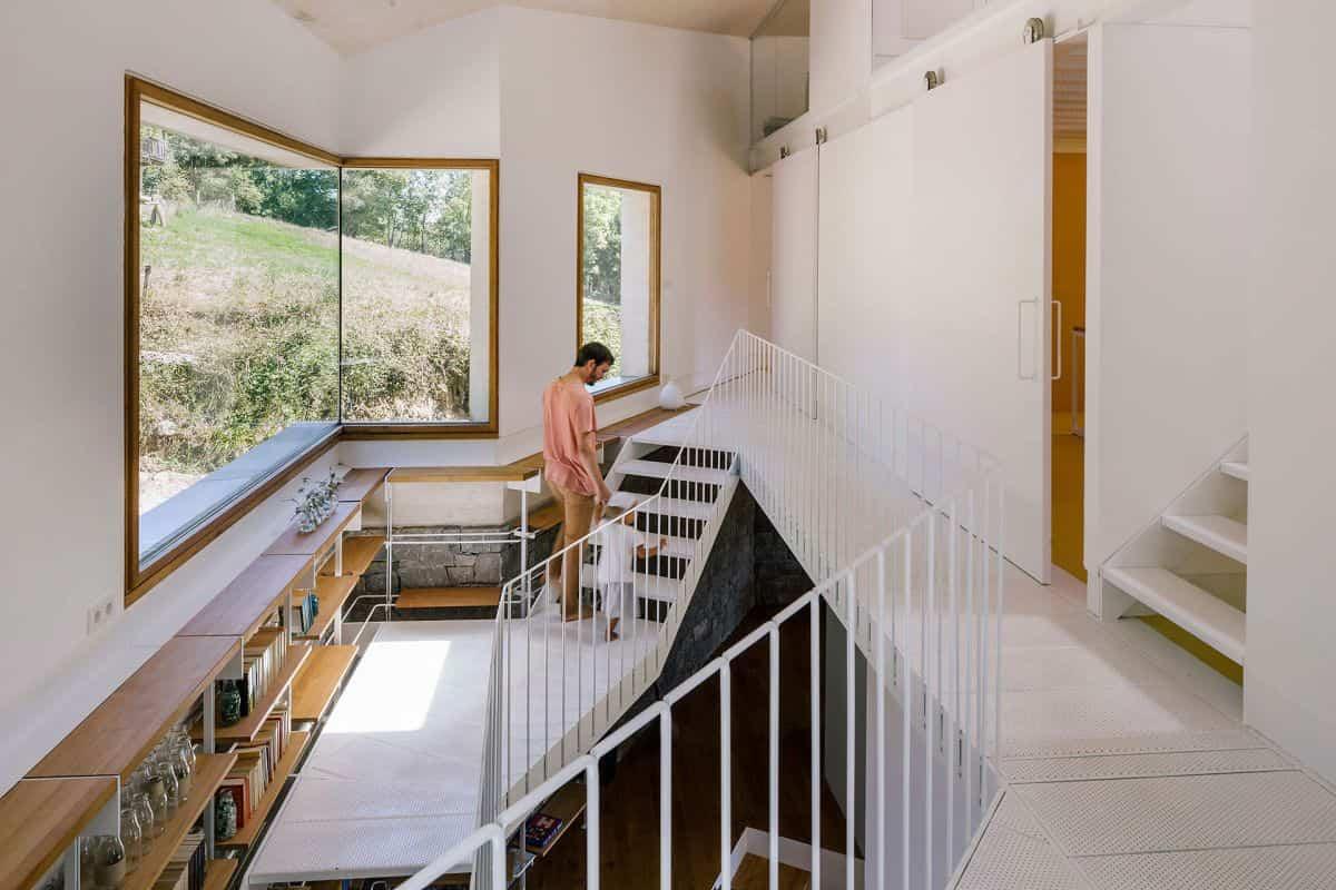 cortijo abandonado en asturias con una sorprendente escalera metálica
