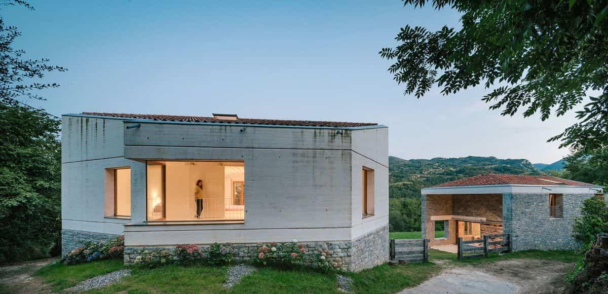 cortijo abandonado en asturias que cuenta con dos estructuras