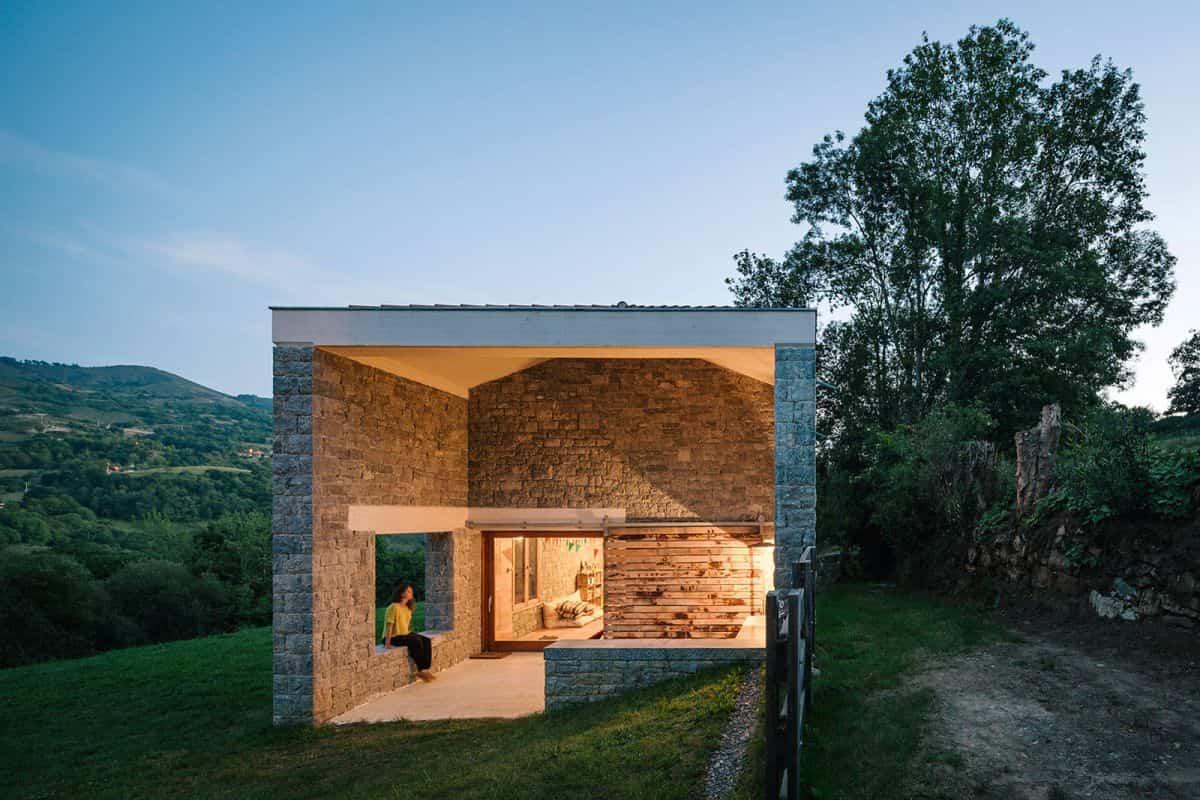cortijo abandonado en asturias construida en una pronunciada pendiente