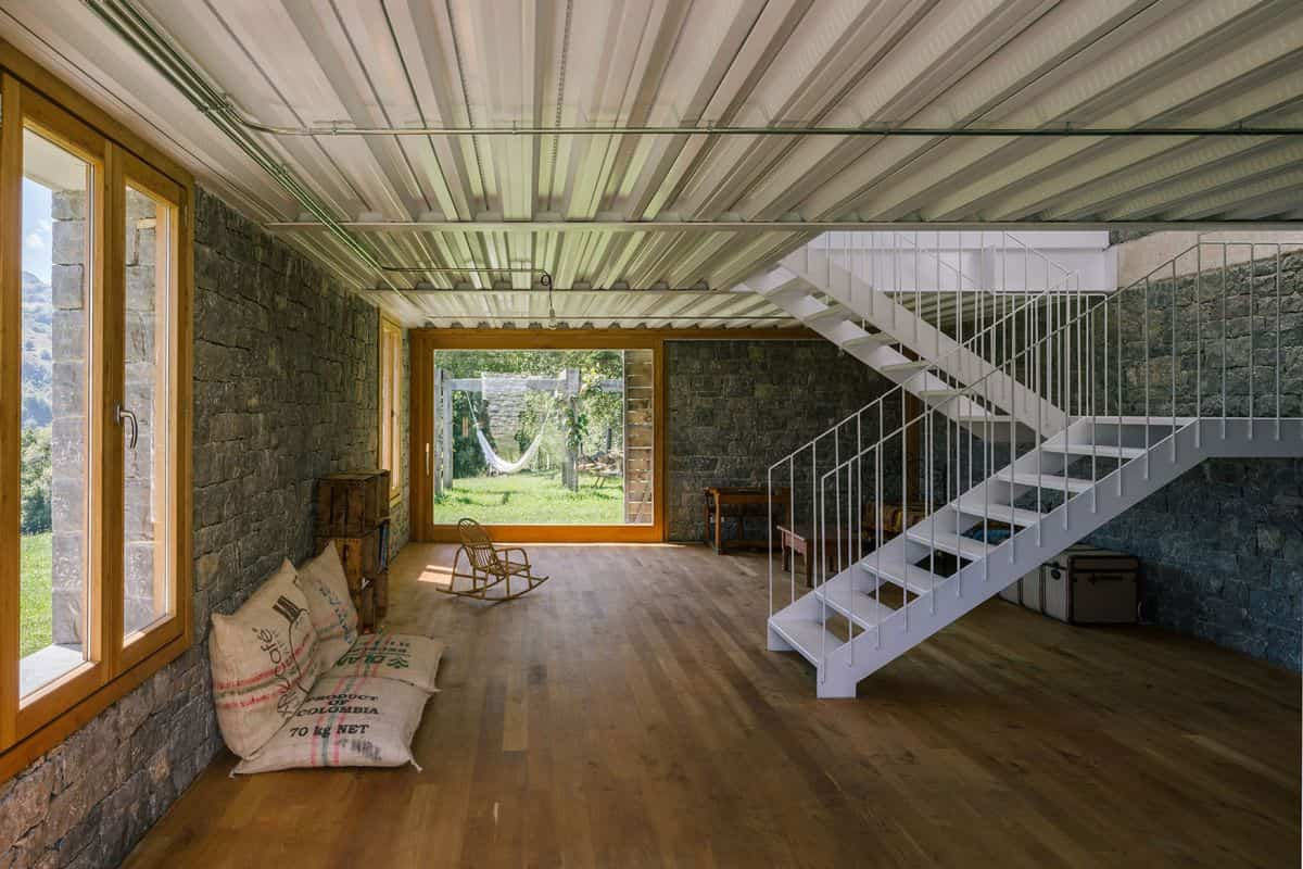 cortijo abandonado en asturias con muros de metal internos
