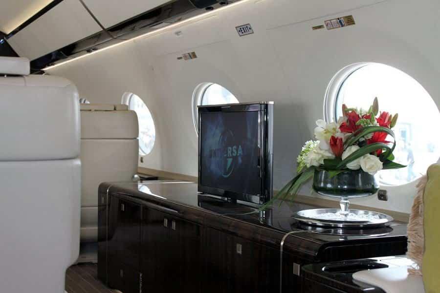 jet privado de Rupert Murdoch pantallas por todo el espacio