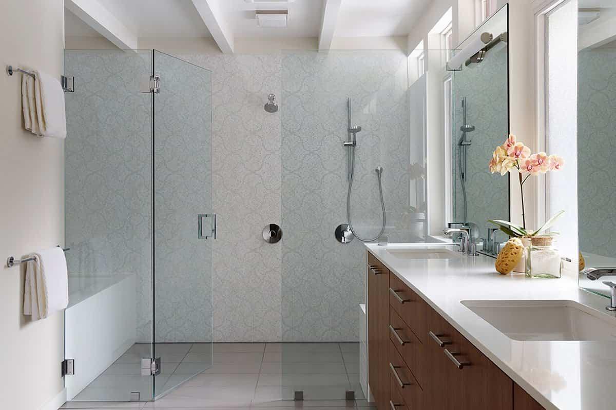 reforma de una casa de mediados de siglo - baño con ducha y bañera