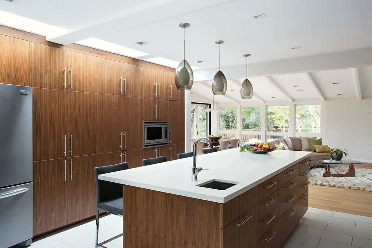 reforma de una casa de mediados de siglo con una cocina moderna