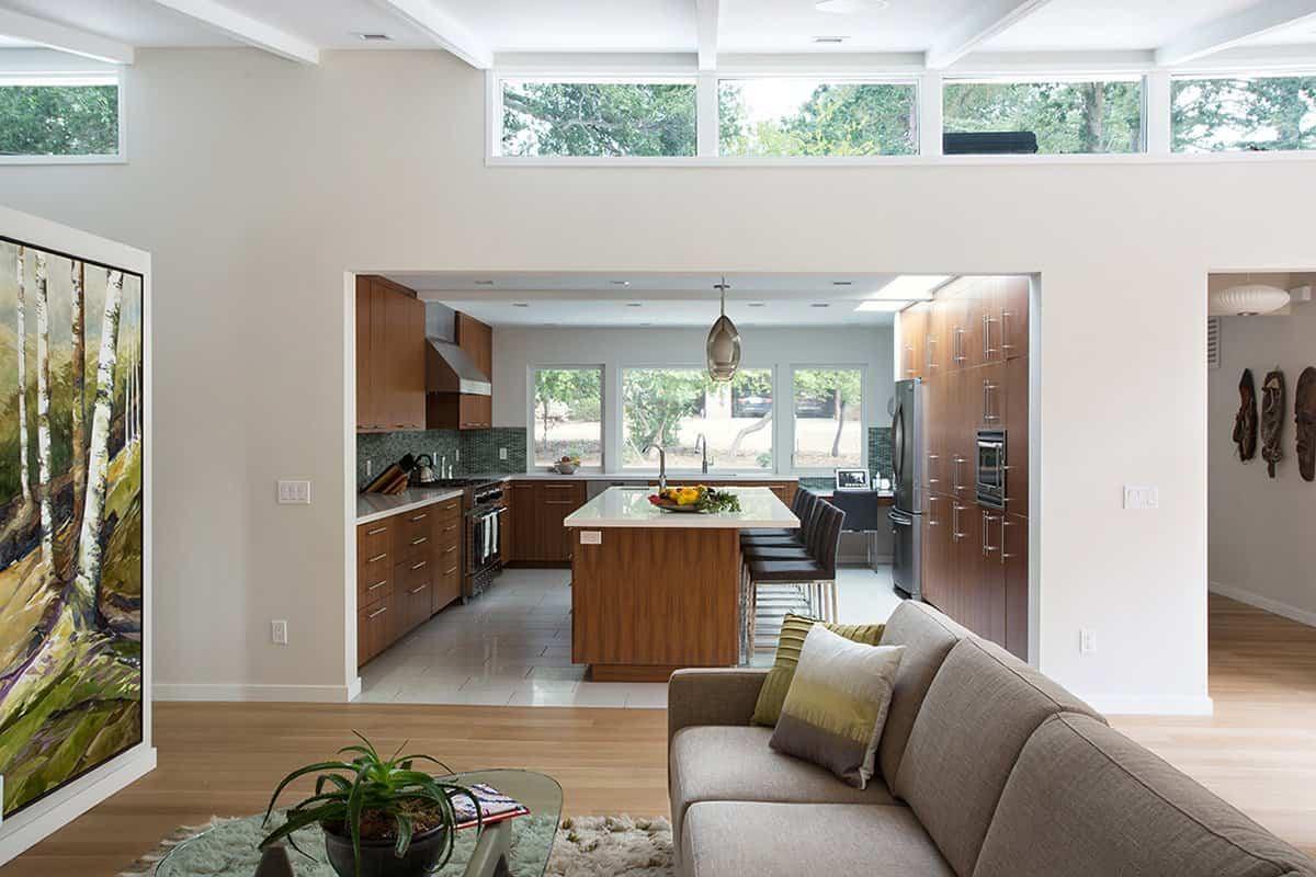 reforma de una casa de mediados de siglo - cocina junto a la sala de estar