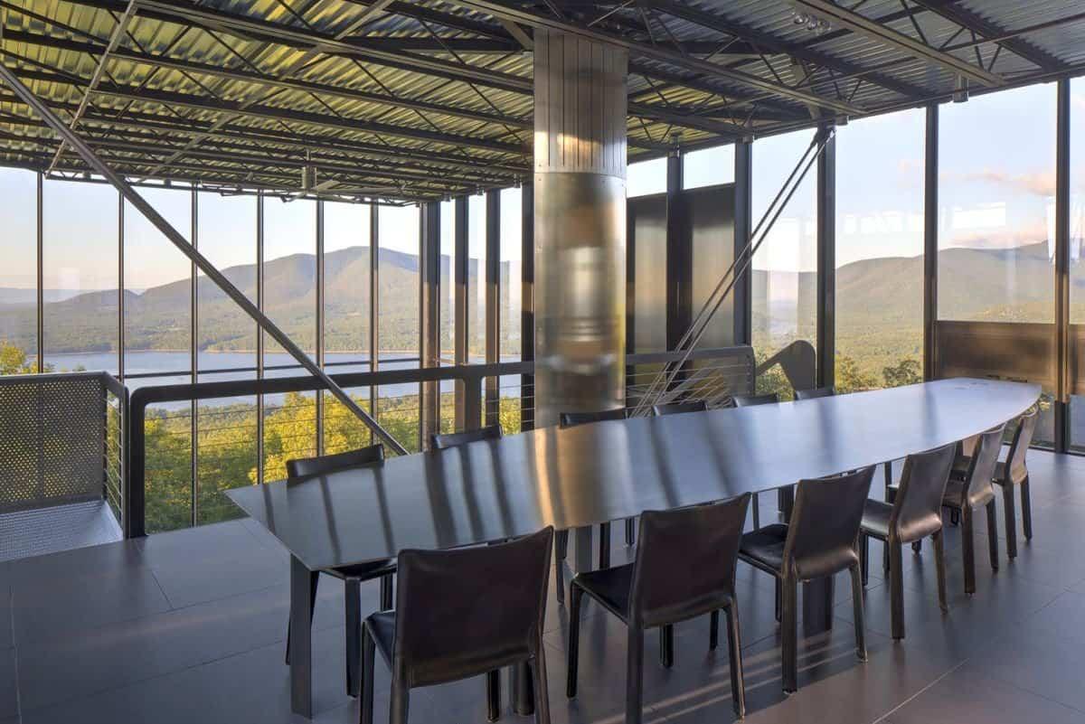 Casa Shokan cuenta con una mesa de acero
