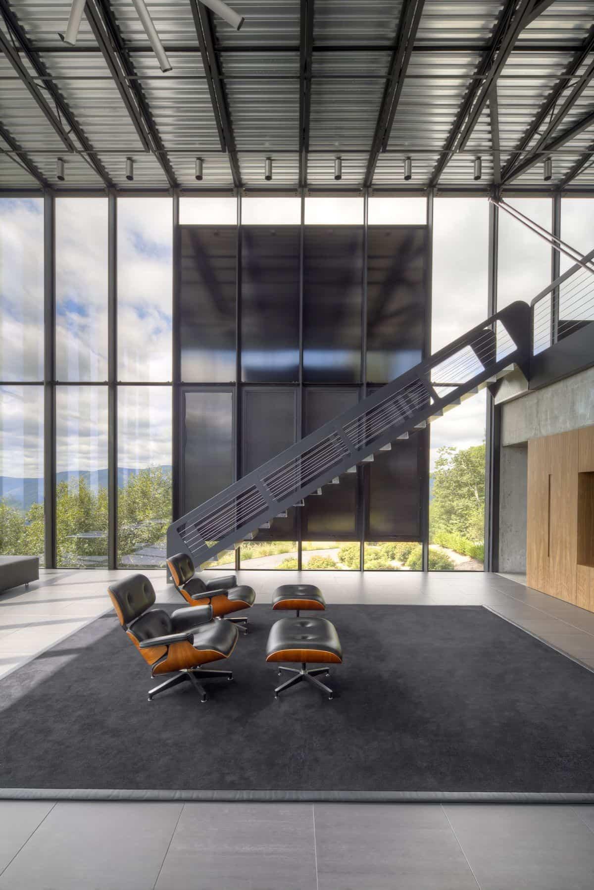 Casa Shokan con escalera metálica