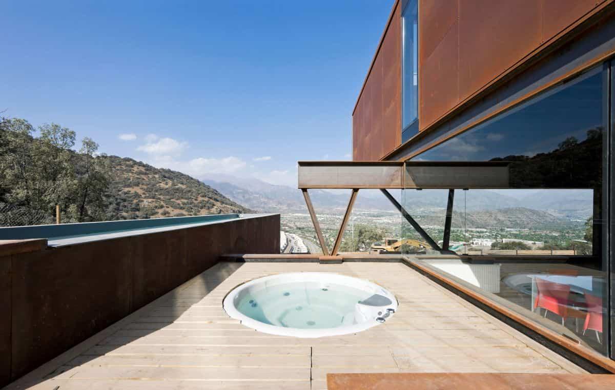 casa oruga con una terraza de madera