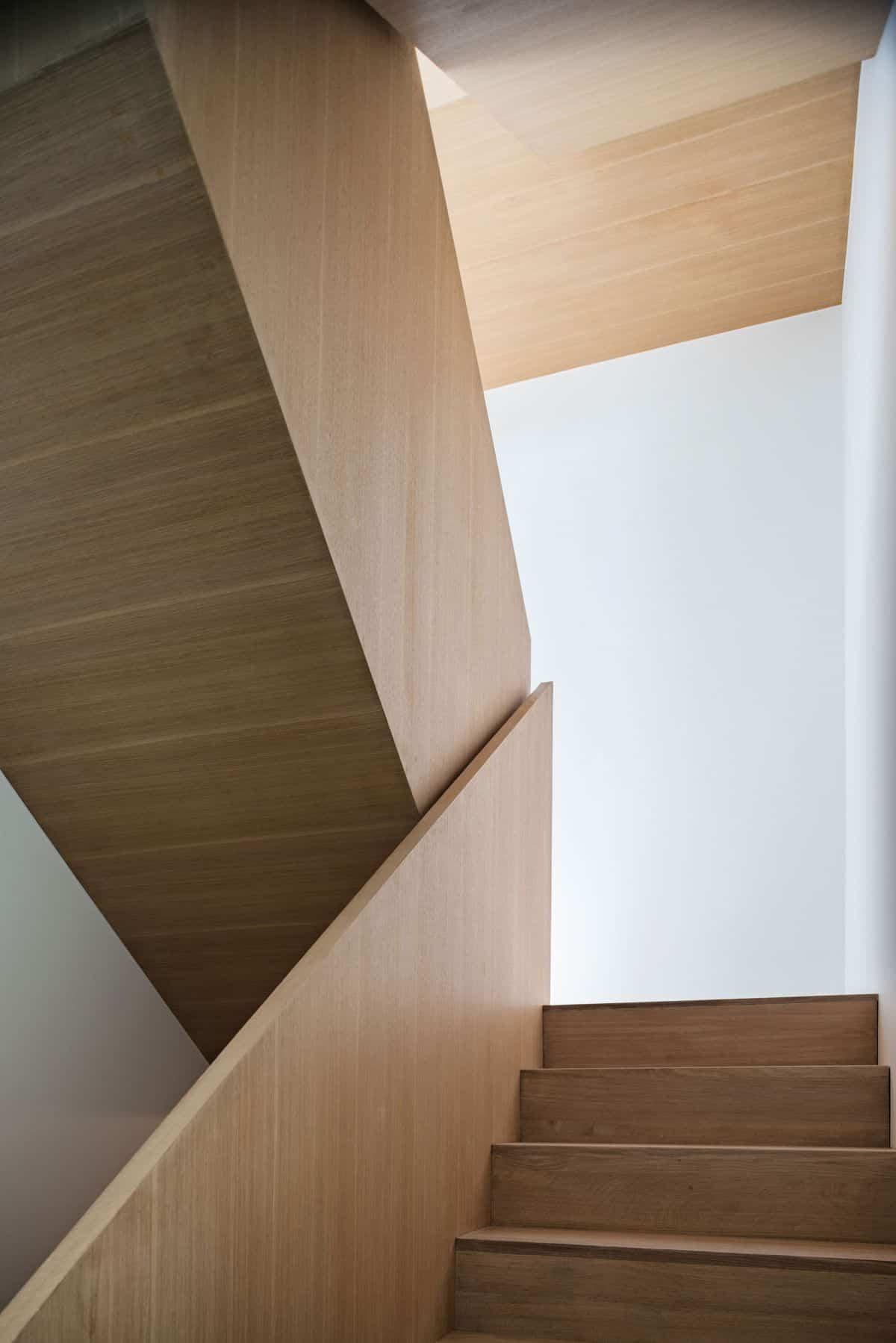 intrigante casa en Toronto - escalera de madera