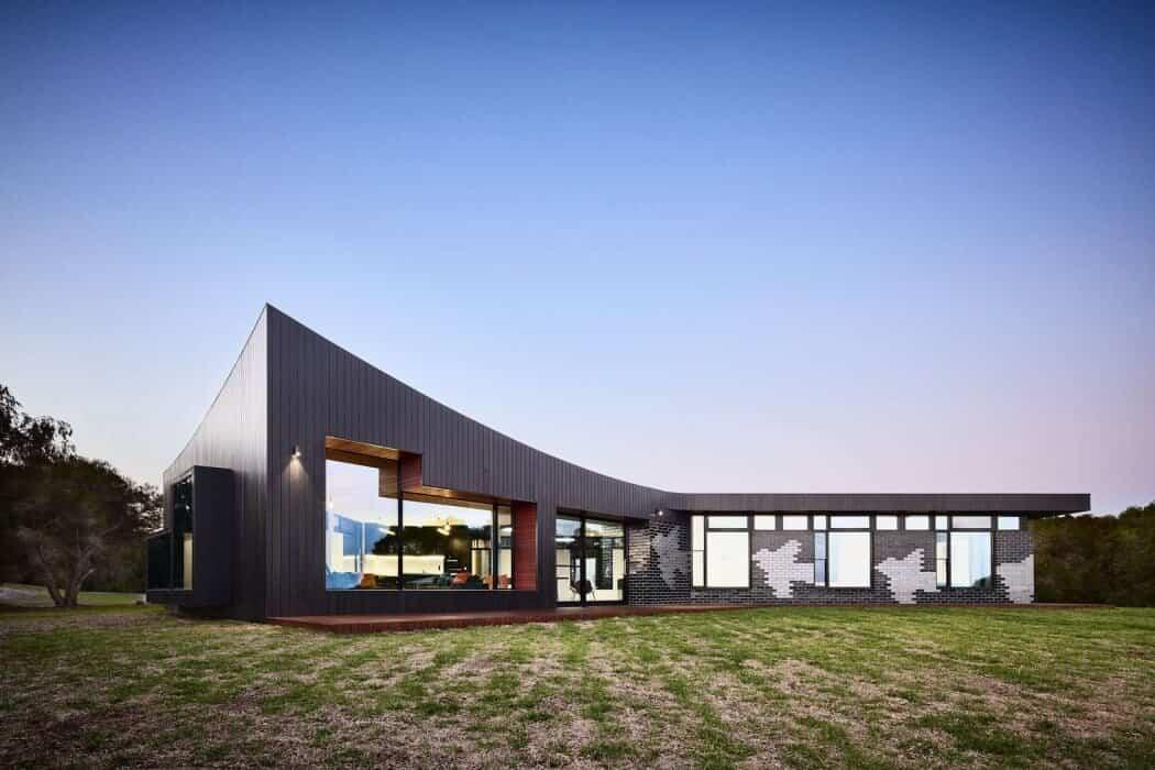 casa moderna en Australia con línea del techo que sigue el despegue del pájaro
