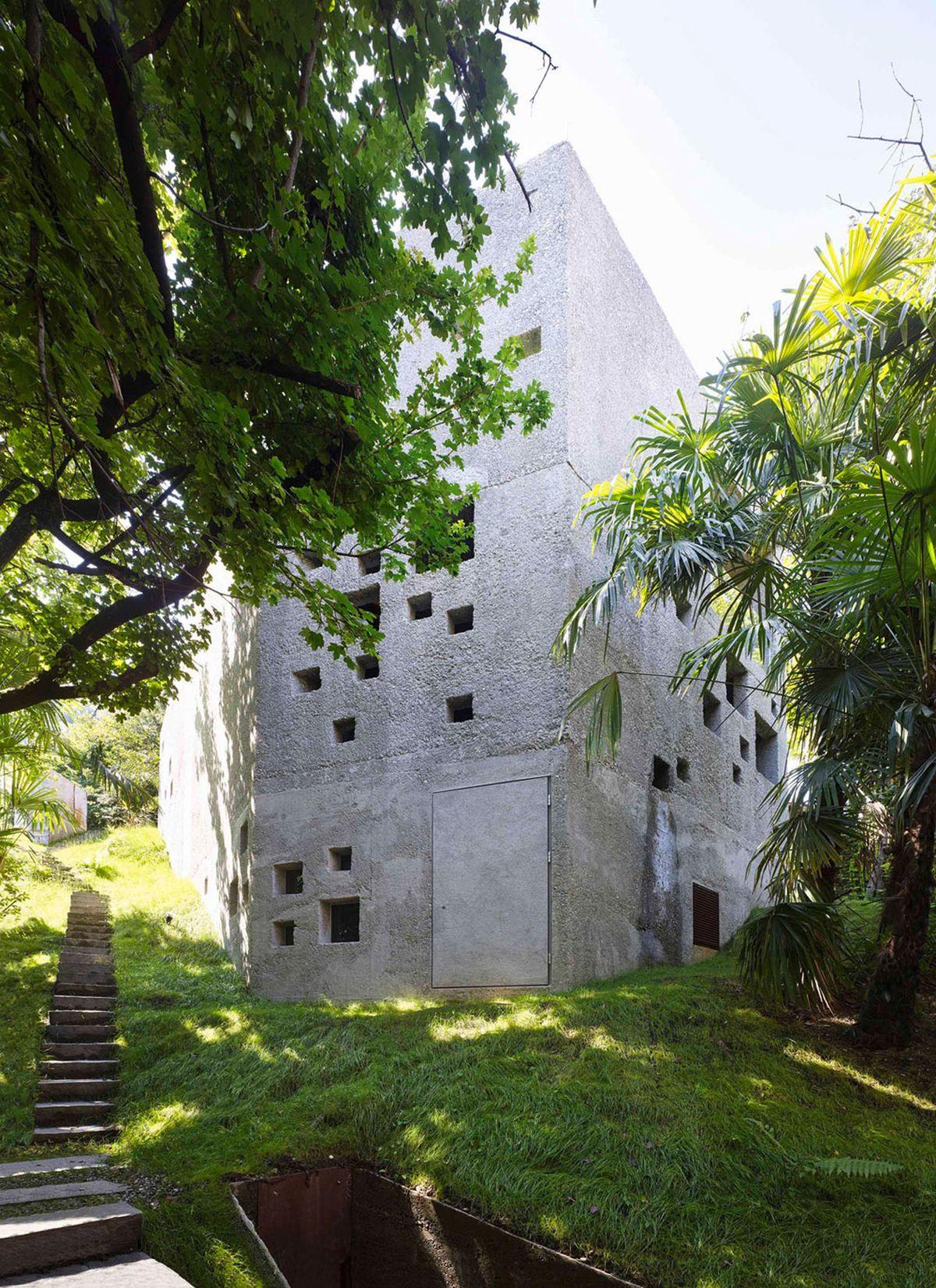torre de hormigón en el bosque 4