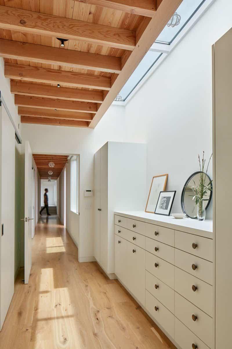 Casa de madera con techo inclinado 10
