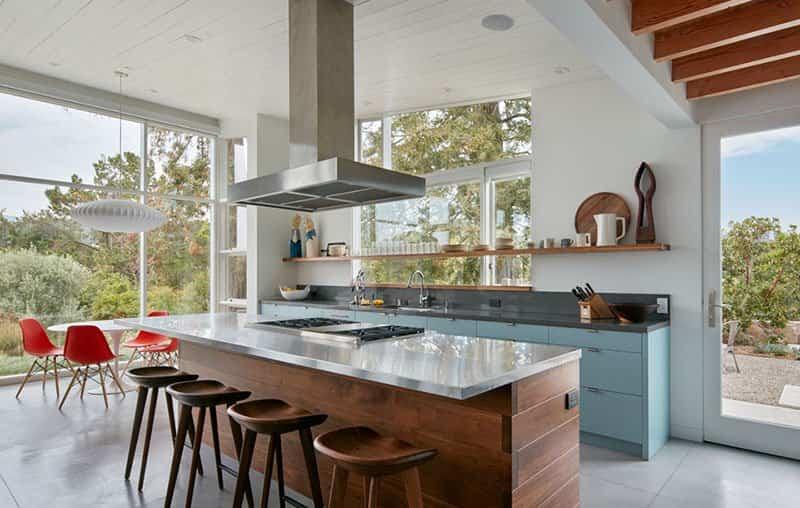 Casa de madera con techo inclinado 6
