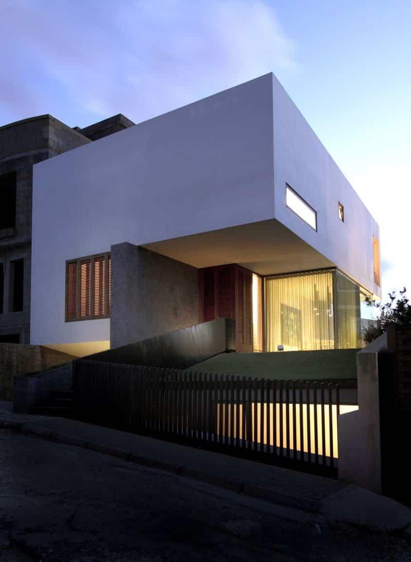 12 casas modernas que cuentan con una fachada minimalista for Colores en casas minimalistas