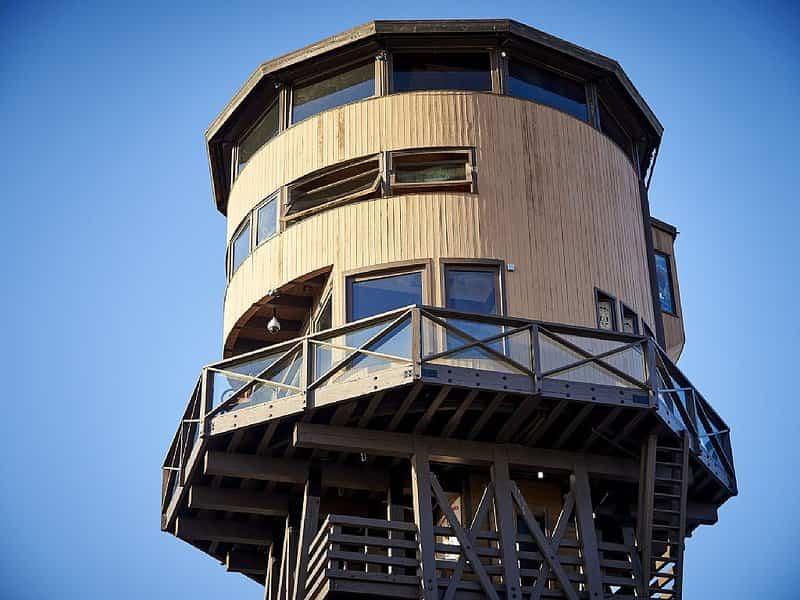 Una famosa torre de agua frente a la playa, se ha convertido en una casa de alquiler en California