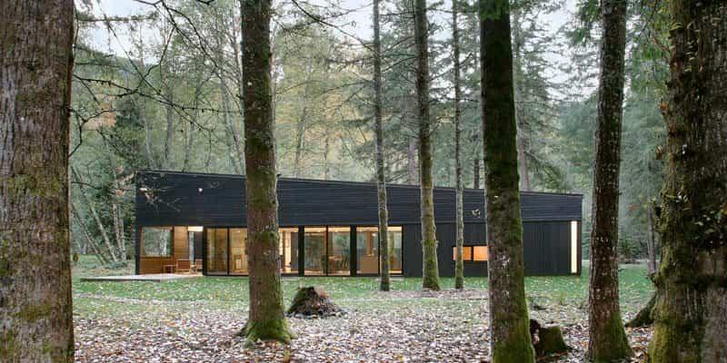 Casa de campo moderna diseñada próxima a un río