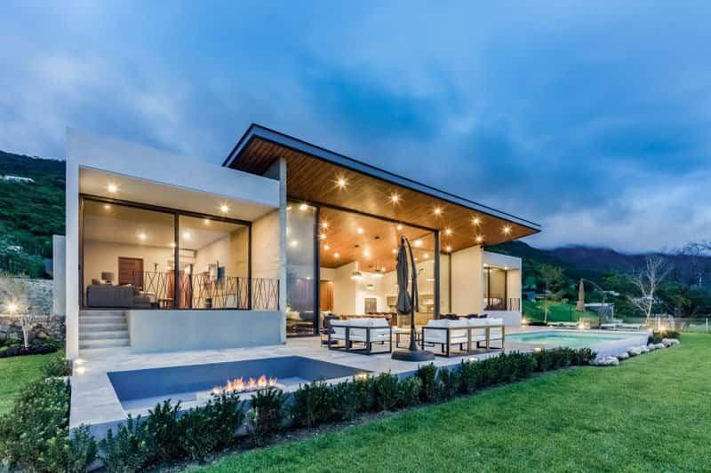 Esta casa fue diseñada con un techo inclinado que permite ventanas grandes para conseguir mejores vistas