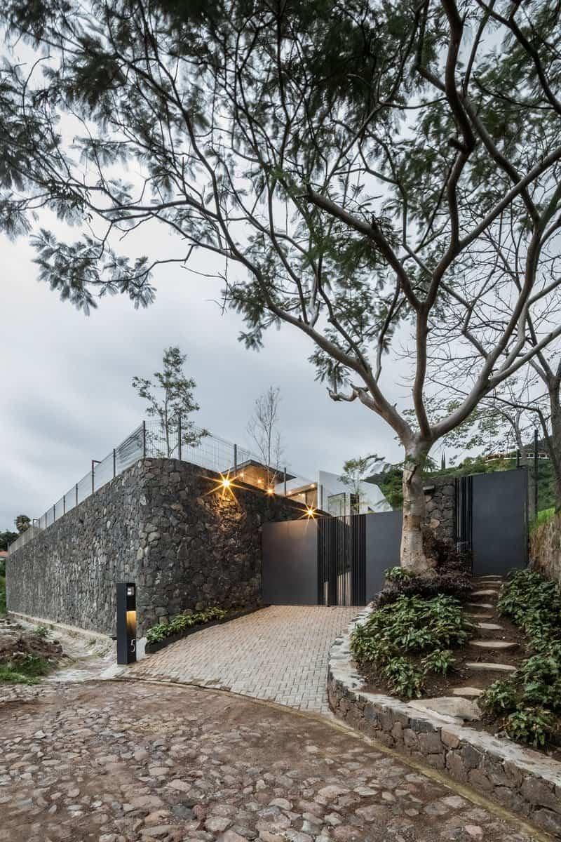 casa moderna con techo inclinado 2