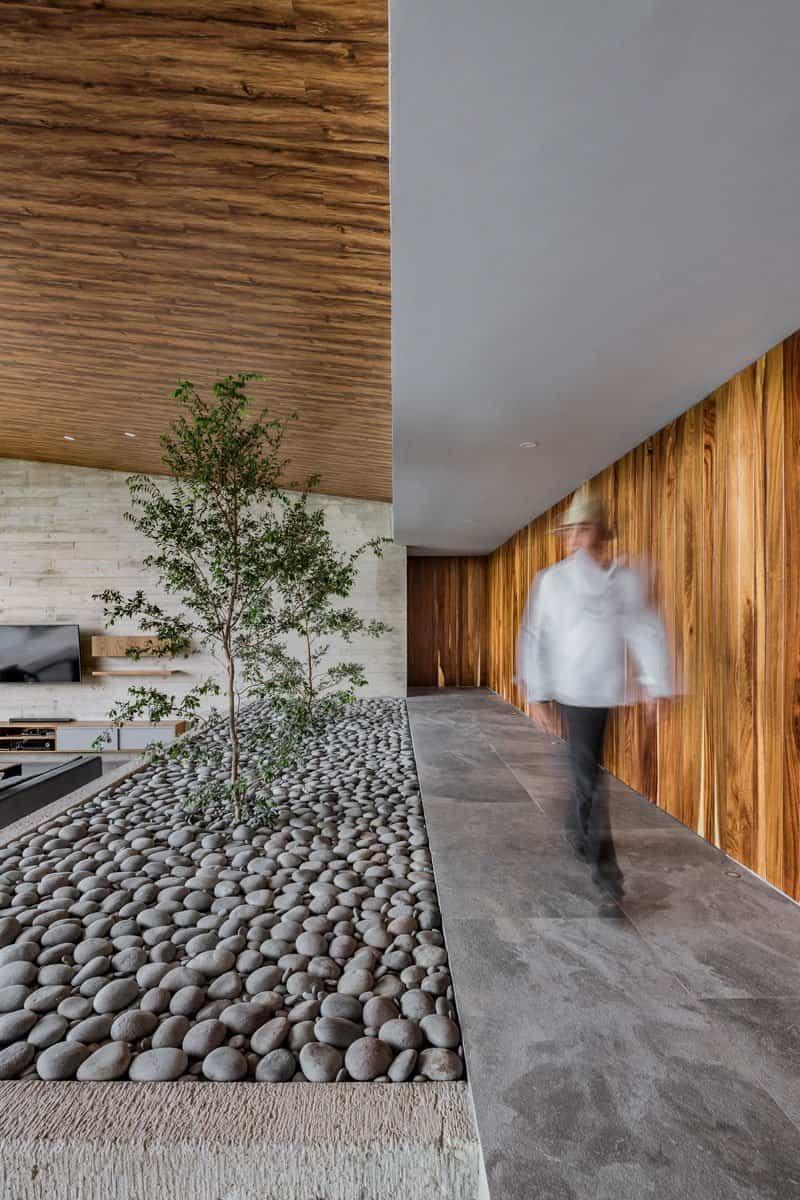 casa moderna con techo inclinado 9