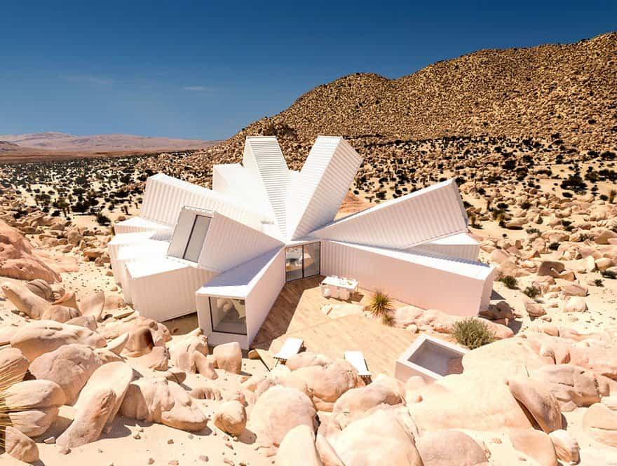 Contenedores-de-mercancias-desierto-1