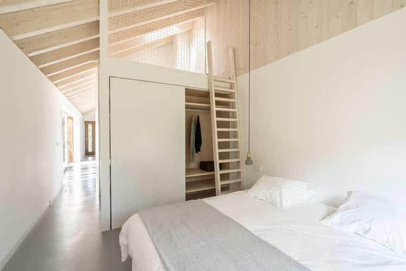 casa de piedra con interior contemporaneo 9