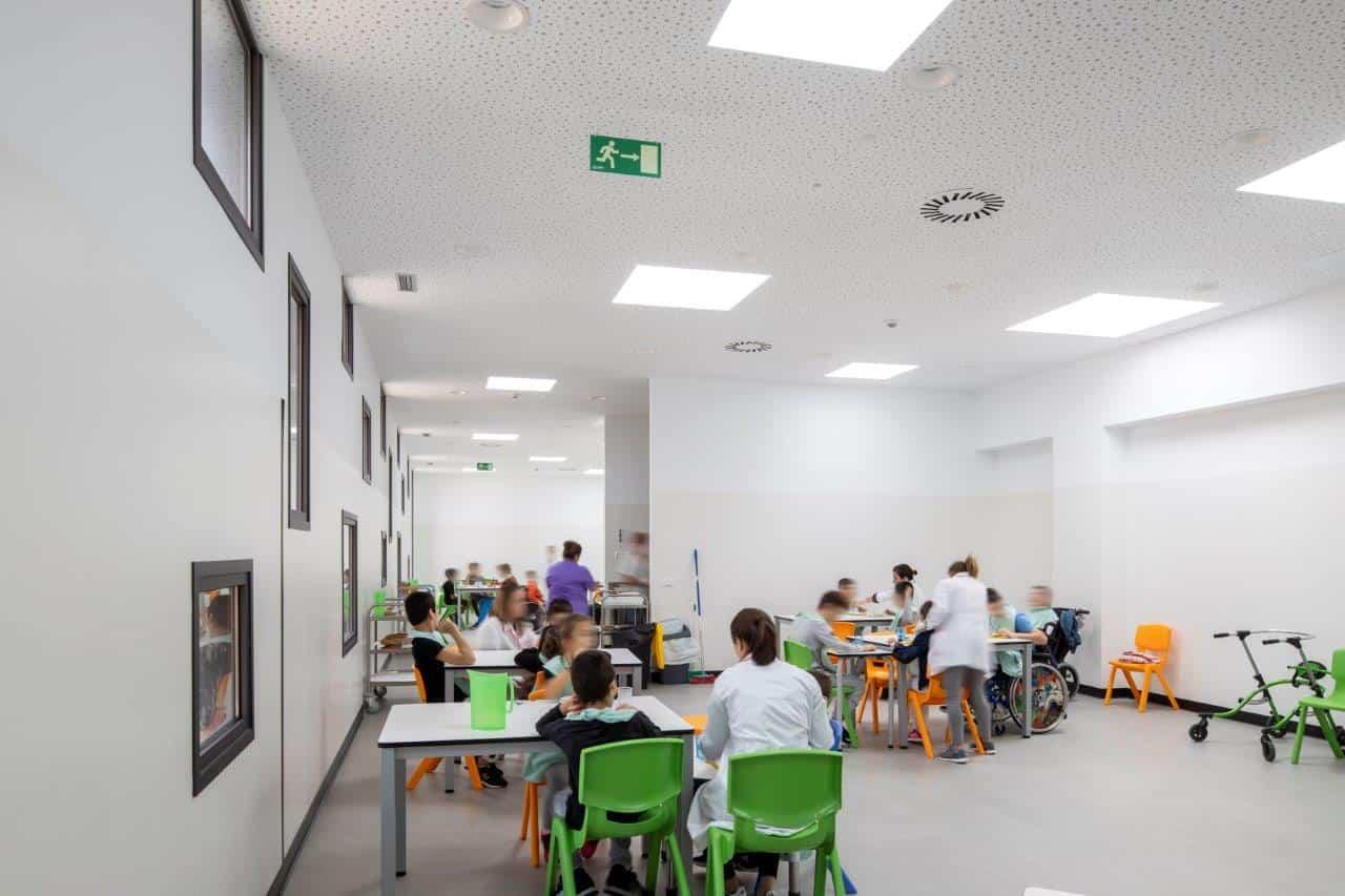 Colegio Padre Apolinar: luz natural y aire fresco