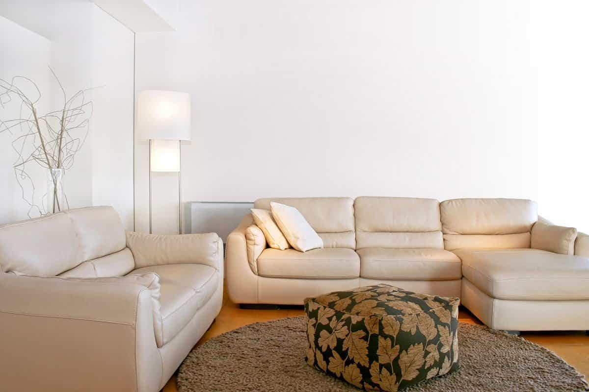 salon amplio con sofas