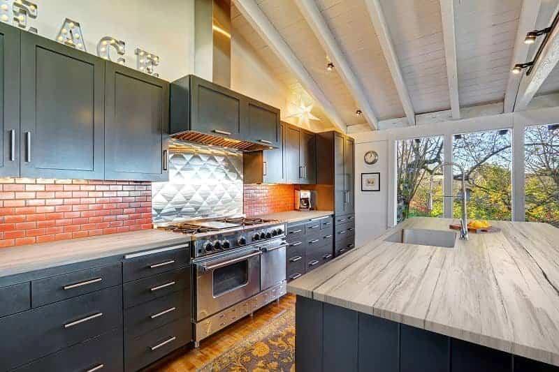 Encimeras imitación madera, calidez y resistencia para todo tipo de cocinas